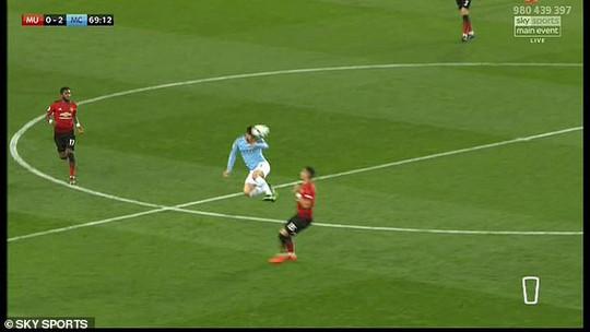 David Silva thoát thẻ đỏ khi tung cước vào ngực đối thủ - Ảnh 1.