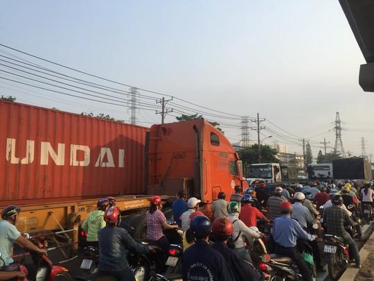 Dòng người đánh vật với kẹt xe, nắng nóng trên xa lộ Hà Nội - Ảnh 3.