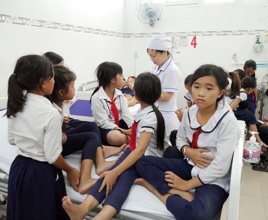 Hàng chục học sinh nhập viện sau khi uống sữa - Ảnh 1.