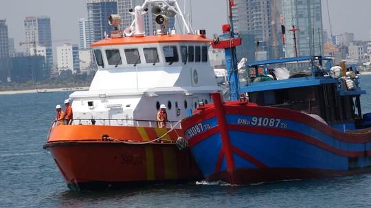 Vượt sóng trong đêm cứu 7 ngư dân hoảng loạn sau 4 ngày trôi dạt trên biển - Ảnh 2.