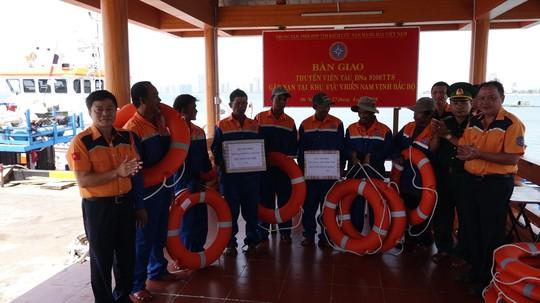 Vượt sóng trong đêm cứu 7 ngư dân hoảng loạn sau 4 ngày trôi dạt trên biển - Ảnh 3.
