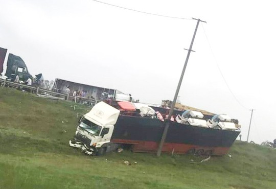 3 xe container, 1 xe tải tông liên hoàn trên quốc lộ 1, 2 người nhập viện cấp cứu - Ảnh 1.