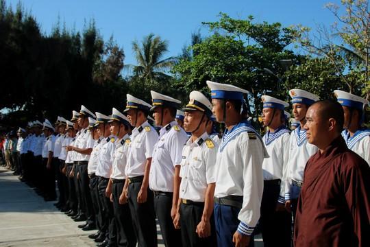 Đặc biệt lễ chào cờ ở Trường Sa của Việt kiều từ khắp nơi trên thế giới - Ảnh 12.