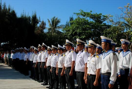 Đặc biệt lễ chào cờ ở Trường Sa của Việt kiều từ khắp nơi trên thế giới - Ảnh 9.
