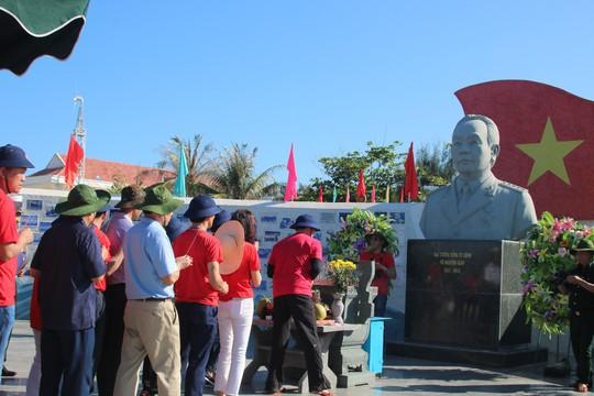 Đặc biệt lễ chào cờ ở Trường Sa của Việt kiều từ khắp nơi trên thế giới - Ảnh 17.