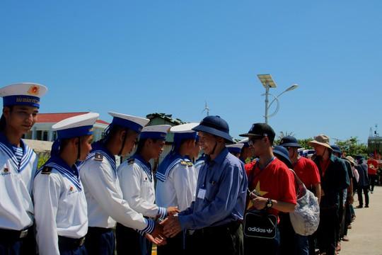 Đặc biệt lễ chào cờ ở Trường Sa của Việt kiều từ khắp nơi trên thế giới - Ảnh 4.