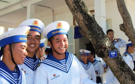 Đặc biệt lễ chào cờ ở Trường Sa của Việt kiều từ khắp nơi trên thế giới - Ảnh 7.