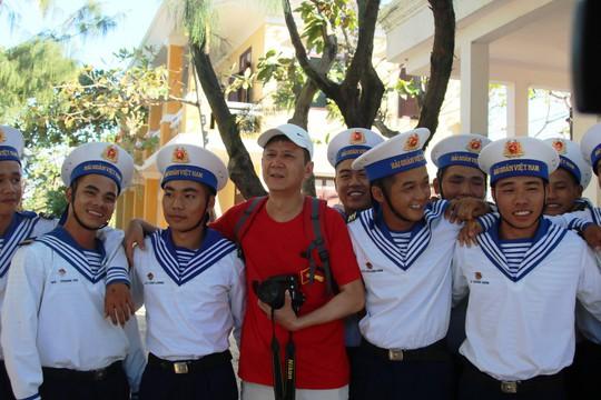 Đặc biệt lễ chào cờ ở Trường Sa của Việt kiều từ khắp nơi trên thế giới - Ảnh 20.