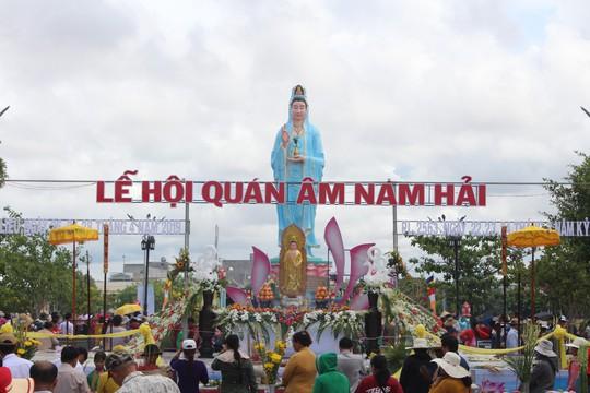 Nghỉ lễ 30-4 và 1-5, du khách ùn ùn đổ về lễ hội Quan âm Nam Hải - Ảnh 2.