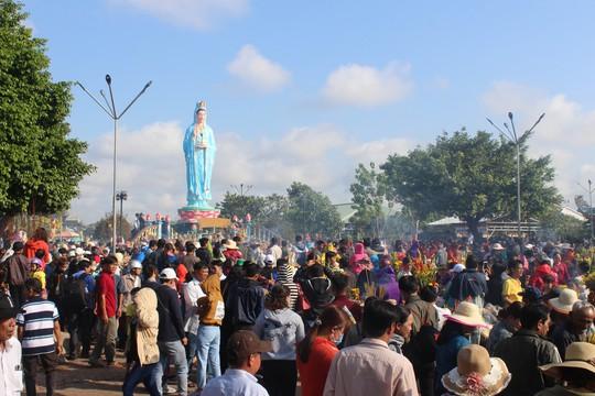 Nghỉ lễ 30-4 và 1-5, du khách ùn ùn đổ về lễ hội Quan âm Nam Hải - Ảnh 3.