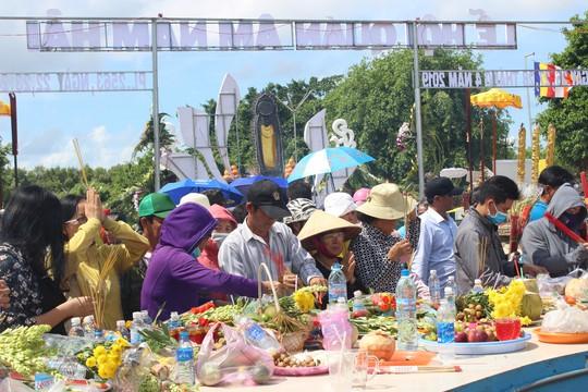 Nghỉ lễ 30-4 và 1-5, du khách ùn ùn đổ về lễ hội Quan âm Nam Hải - Ảnh 4.