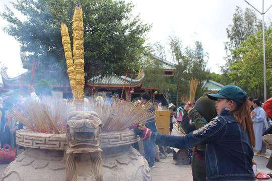 Nghỉ lễ 30-4 và 1-5, du khách ùn ùn đổ về lễ hội Quan âm Nam Hải - Ảnh 5.