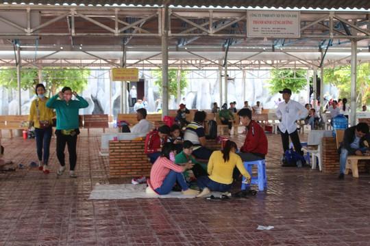 Nghỉ lễ 30-4 và 1-5, du khách ùn ùn đổ về lễ hội Quan âm Nam Hải - Ảnh 6.