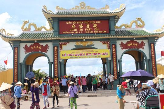 Nghỉ lễ 30-4 và 1-5, du khách ùn ùn đổ về lễ hội Quan âm Nam Hải - Ảnh 1.