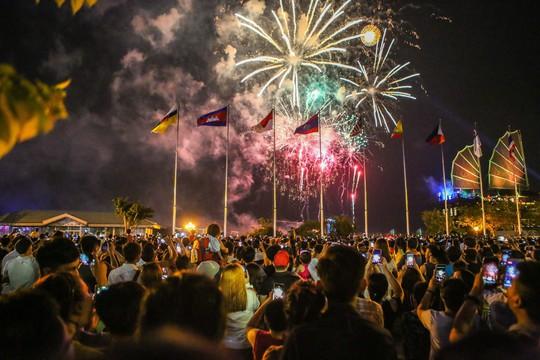 Mãn nhãn với màn pháo hoa chào mừng ngày thống nhất đất nước 30-4 - Ảnh 2.