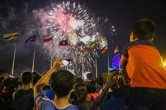 Mãn nhãn với màn pháo hoa chào mừng ngày thống nhất đất nước 30-4 - Ảnh 3.