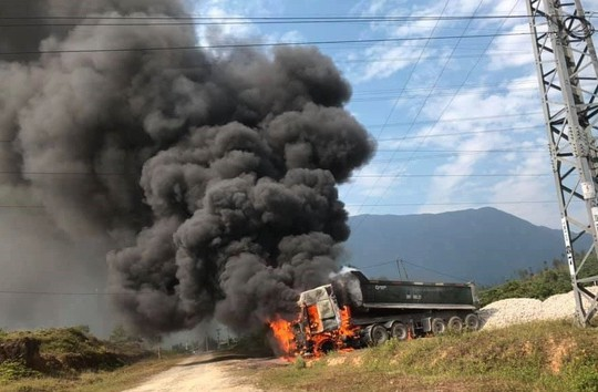 Vướng đường điện 35 KV, ô tô đầu kéo bốc cháy dữ dội - Ảnh 1.