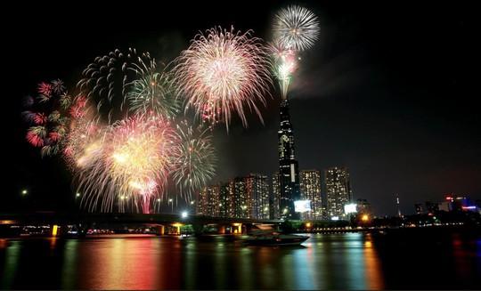 Mãn nhãn với màn pháo hoa chào mừng ngày thống nhất đất nước 30-4 - Ảnh 13.