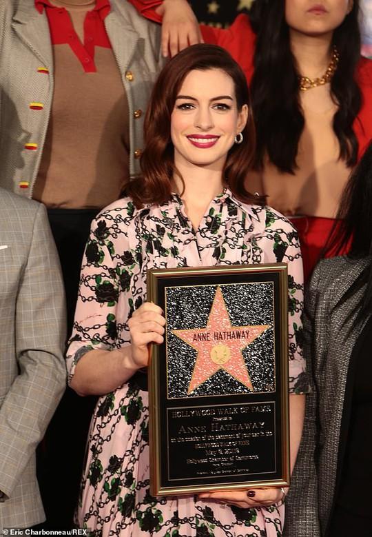 Quý cô lừa đảo Anne Hathaway sung sướng nhận sao - Ảnh 1.