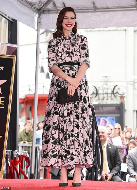 Quý cô lừa đảo Anne Hathaway sung sướng nhận sao - Ảnh 2.