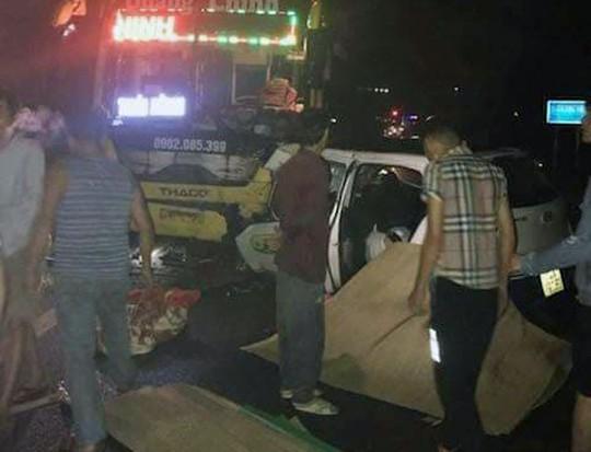 Tai nạn thảm khốc giữa xe khách và xe taxi, 5 người thương vong - Ảnh 1.