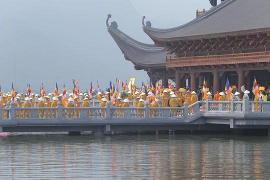 Hàng vạn người đổ về chùa Tam Chúc mừng đại lễ Phật đản Vesak 2019 - Ảnh 15.