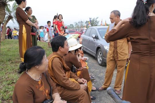Hàng vạn người đổ về chùa Tam Chúc mừng đại lễ Phật đản Vesak 2019 - Ảnh 10.