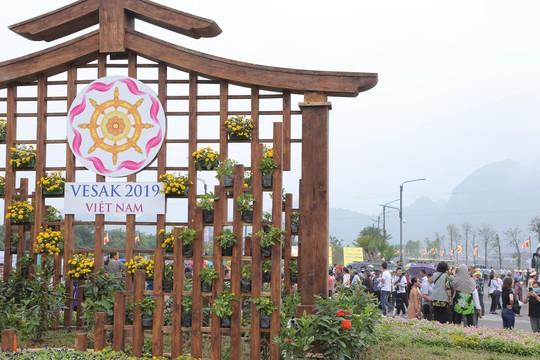 Hàng vạn người đổ về chùa Tam Chúc mừng đại lễ Phật đản Vesak 2019 - Ảnh 2.