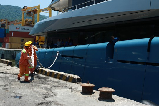 Ngắm du thuyền 150 triệu USD của ông chủ CLB Tottenham cập cảng Tiên Sa - Ảnh 2.