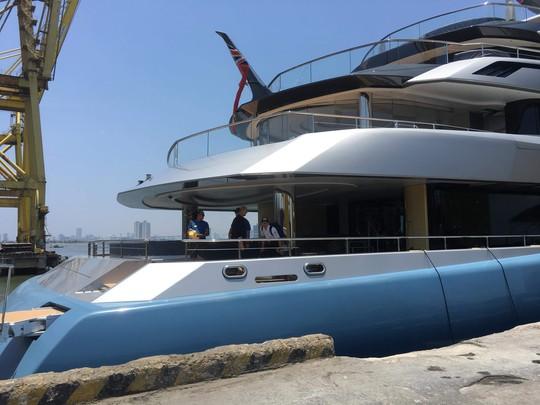 Ngắm du thuyền 150 triệu USD của ông chủ CLB Tottenham cập cảng Tiên Sa - Ảnh 3.