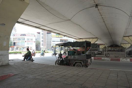 Hà Nội: Người dân vật vã dưới trời nắng nóng trên 40 độ C - Ảnh 8.