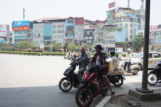 Hà Nội: Người dân vật vã dưới trời nắng nóng trên 40 độ C - Ảnh 9.