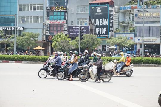 Hà Nội: Người dân vật vã dưới trời nắng nóng trên 40 độ C - Ảnh 10.