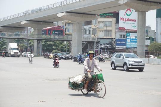 Hà Nội: Người dân vật vã dưới trời nắng nóng trên 40 độ C - Ảnh 13.