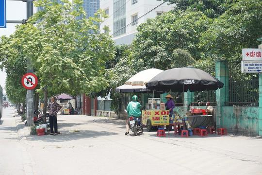 Hà Nội: Người dân vật vã dưới trời nắng nóng trên 40 độ C - Ảnh 14.