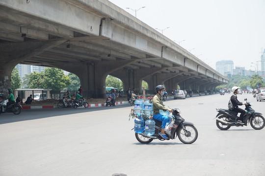 Hà Nội: Người dân vật vã dưới trời nắng nóng trên 40 độ C - Ảnh 16.