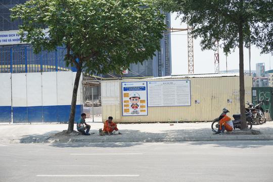 Hà Nội: Người dân vật vã dưới trời nắng nóng trên 40 độ C - Ảnh 18.