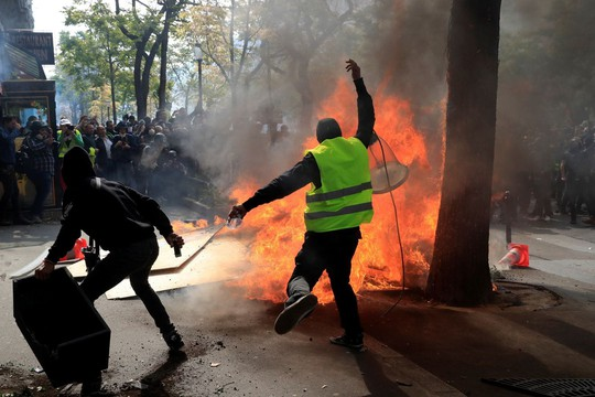 Hàng chục ngàn người biểu tình, Pháp chìm trong bạo loạn - Ảnh 1.