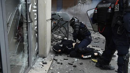 Hàng chục ngàn người biểu tình, Pháp chìm trong bạo loạn - Ảnh 4.