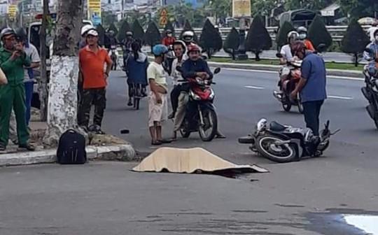 Đi xe máy tự gây tai nạn, 2 nam thiếu niên thương vong - Ảnh 1.