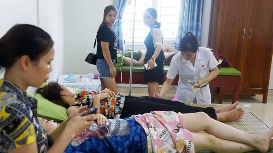 Hơn 50 khách du lịch nhập viện khi ăn hải sản ở biển Hải Tiến - Ảnh 2.