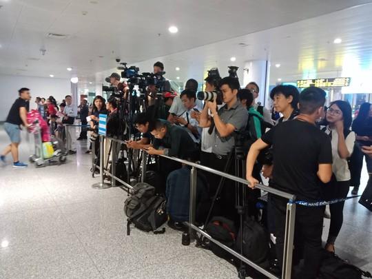 Đoàn Thị Hương rạng rỡ xuất hiện tại sân bay Nội Bài - Ảnh 7.