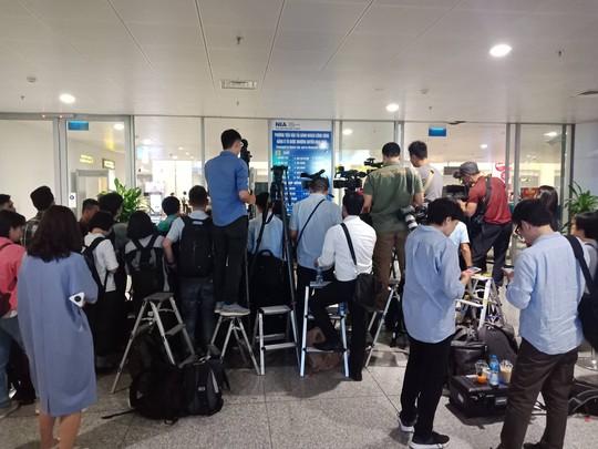 Đoàn Thị Hương rạng rỡ xuất hiện tại sân bay Nội Bài - Ảnh 13.