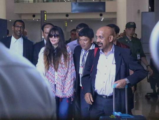 Đoàn Thị Hương rạng rỡ xuất hiện tại sân bay Nội Bài - Ảnh 2.