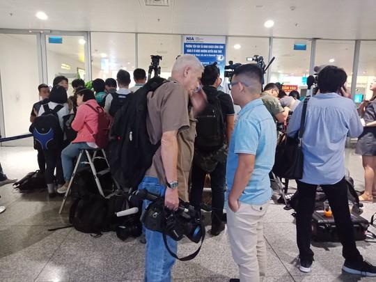 Đoàn Thị Hương rạng rỡ xuất hiện tại sân bay Nội Bài - Ảnh 12.