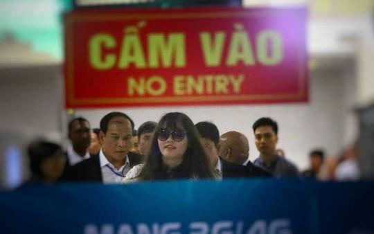 Đoàn Thị Hương rạng rỡ xuất hiện tại sân bay Nội Bài - Ảnh 1.