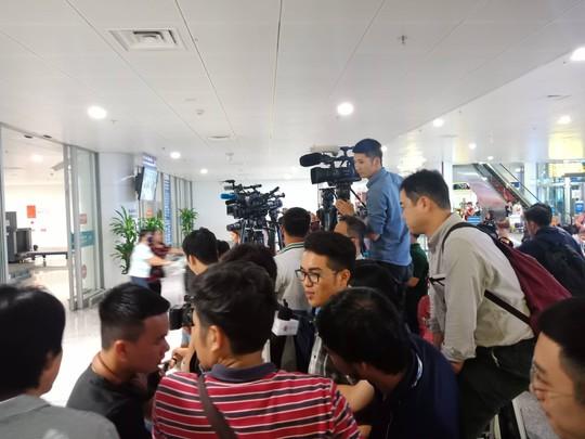 Đoàn Thị Hương rạng rỡ xuất hiện tại sân bay Nội Bài - Ảnh 9.