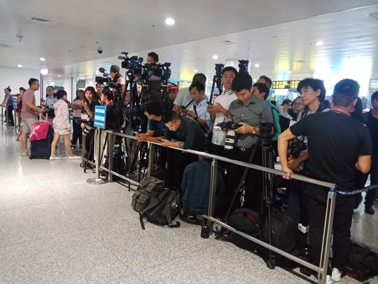 Đoàn Thị Hương rạng rỡ xuất hiện tại sân bay Nội Bài - Ảnh 10.