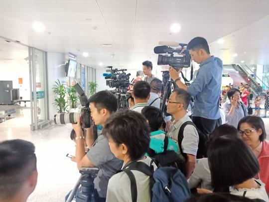 Đoàn Thị Hương rạng rỡ xuất hiện tại sân bay Nội Bài - Ảnh 11.