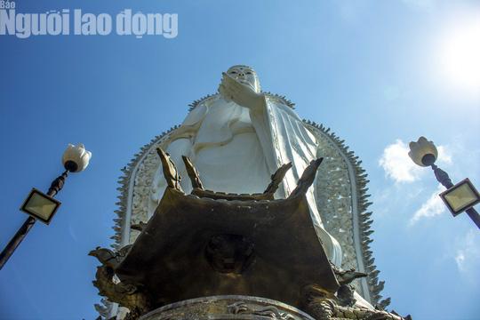 Chiêm ngưỡng ngôi chùa vùng biên giới có tượng Phật cao nhất miền Tây - Ảnh 6.